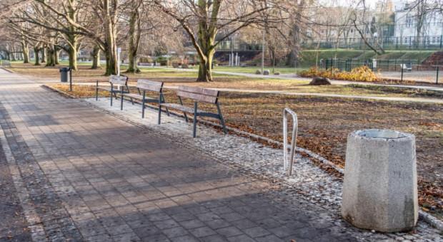 Zabrudzone ławki przy parku Centralnym w Gdyni.