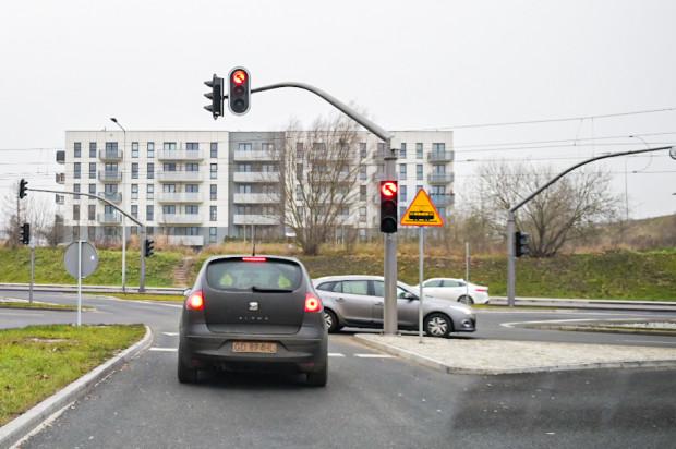 Kierowcy narzekają na złą kalibrację świateł na wysokości al. Adamowicza. Urzędnicy problem rozwiążą.