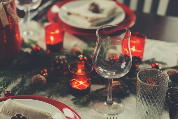 W tym roku, zgodnie z rządowym rozporządzeniem, przy świątecznym stole mogą zasiąść domownicy plus pięć dodatkowo zaproszonych osób.