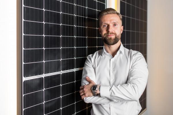 - Nasz doświadczenia pokazują też, iż jeszcze kilka lat temu trzeba było tłumaczyć wiele aspektów związanych z fotowoltaiką, a obecnie Polacy są świadomi istniejących rozwiązań w tym obszarze oraz potrzeby ich posiadania - twierdzi Paweł Trendel, dyrektor sprzedaży Soleos.