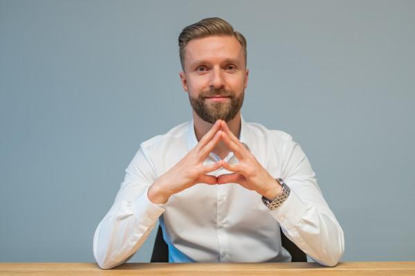 - Branża OZE - rozumiana jako energia ze słońca, z wiatru na lądzie i na morzu, z wody czy też z biogazu w połączeniu z projektami umożliwiającymi magazynowanie tej energii, czy w magazynach energii, czy przez produkcję wodoru, jest przyszłością także polskiej energetyki - mówi Paweł Trendel.