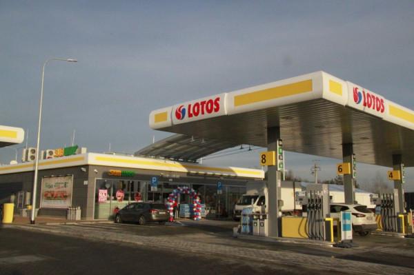 Spółka Lotos Paliwa posiada ponad 500 stacji paliw w całym kraju, co stawia ją na trzecim miejscu pod względem liczby stacji paliw w Polsce i cały czas inwestuje w nowe.