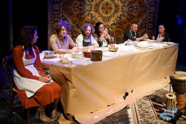"""Aktorzy """"Z czego jesteśmy ulepieni"""" siedzą za stołem, opowiadając o bohaterach sprzed niemal wieku..."""