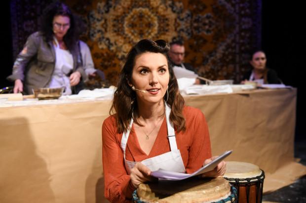 Aktorzy czytają tekst z egzemplarzy scenariusza. Pomimo to zapadające w pamięć epizody (m.in. pani Jurkiewicz czy Róży Ostrowskiej) stworzyła Edyta Janusz-Ehrlich (na pierwszym planie).