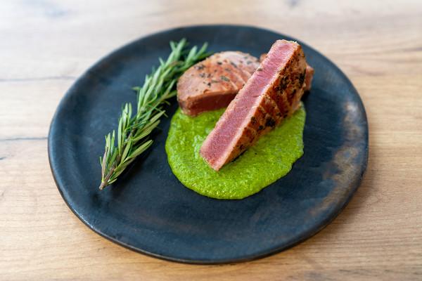 Najnowszy przepis, czyli stek z tuńczyka, to mocno aromatyczne danie i co ważne, łatwe i szybkie do przyrządzenia.
