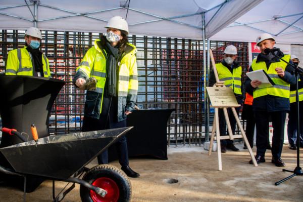 W piątek, 18 grudnia, wmurowano kamień węgielny i akt erekcyjny pod budowę spalarni odpadów w Szadółkach.