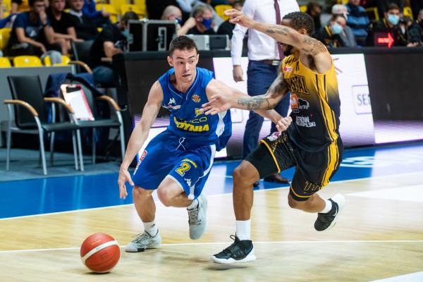 Asseco Arka Gdynia inaugurowała obecny sezon meczem z Agred BMSlam Stal Ostrów Wielkopolski i wygrała 74:64. Mateusz Kaszowski (z piłką) przyznaje, że od tego czasu wiele się nauczył, ale i tak jeszcze sporo przed nim.