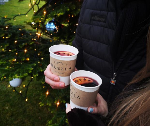 Zdecydowanym faworytem wśród zimowych zamówień napojów jest grzane wino, które idealnie wprowadza w świąteczny klimat.