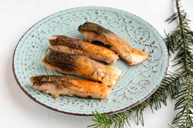 Ryby pojawią się na wielu polskich stołach w te święta - i dobrze, bo to prawie zawsze dobry wybór (lepszy od czerwonego mięsa). Karp jest smaczny, ale ten smażony przy okazji bardzo kaloryczny... Może w tym roku lepiej go upiec?