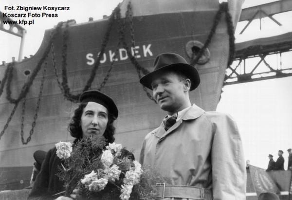 """Stanisław Sołdek z żoną Heleną w dniu wodowania pierwszego polskiego statku SS """"Sołdek"""" zbudowanego w Stoczni Gdańskiej."""