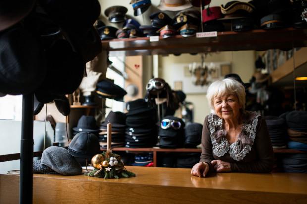 Czesława Wojciechowska jest z wyksztacenia muzykiem. W młodości poświęciła karierę muzyczną, aby pomóc mężowi w prowadzeniu biznesu kapeluszowego.