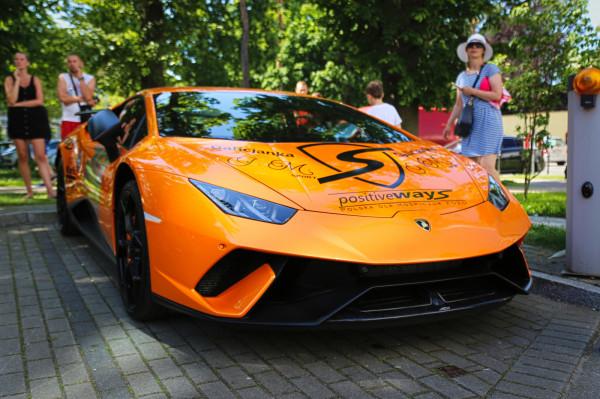 Piękne, szybkie i drogie auta odwiedziły w tym roku Trójmiasto. To obrazek z końca czerwca.