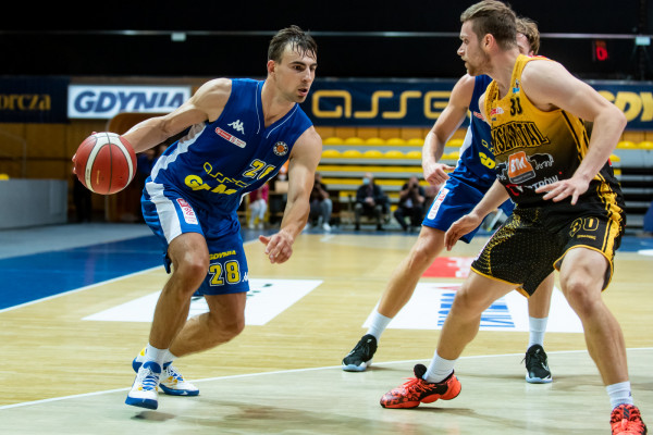 Przemysław Żołnierewicz (z piłką) zagrał tylko nieco ponad 6 minut w meczu z Agred BMSlam Stal Ostrów Wielkopolski. Koszykarz Asseco Arki Gdynia opuścił parkiet z bólem kolana.