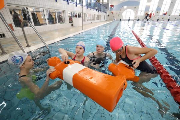 Zajęcia pływackie GOS z ratowania tonących to jedna z wielu propozycji na tegoroczne ferie zimowe.