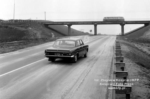 Obwodnica Trójmiasta w budowie na wysokości Węzła Gdańsk Karczemki (1975 r.), gdzie zwężała się do jednej jezdni. Na tysiąc mieszkańców własne auto posiadało wówczas ok. 30, a docelowo przewidywano 330 aut na tysiąc mieszkańców (obecnie tzw. wskaźnik motoryzacji to ponad 600 aut).