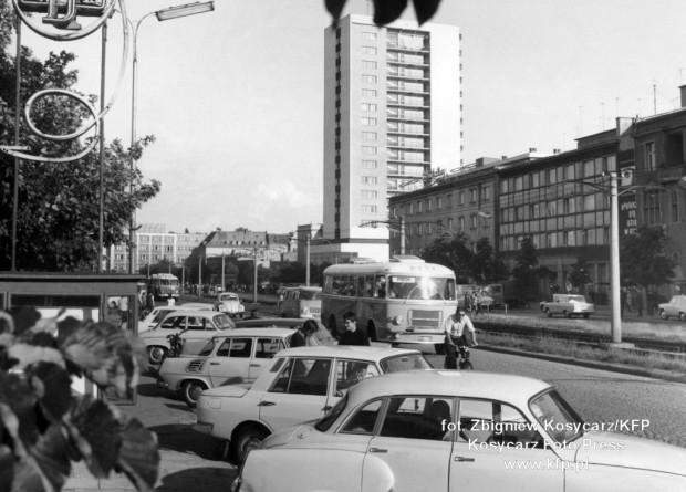 Samochody na al. Grunwaldzkiej we Wrzeszczu w 1970 r. Warto zauważyć, że wówczas parkowanie odbywało się w całości na jezdni, zaś chodniki były przeznaczone tylko dla pieszych.