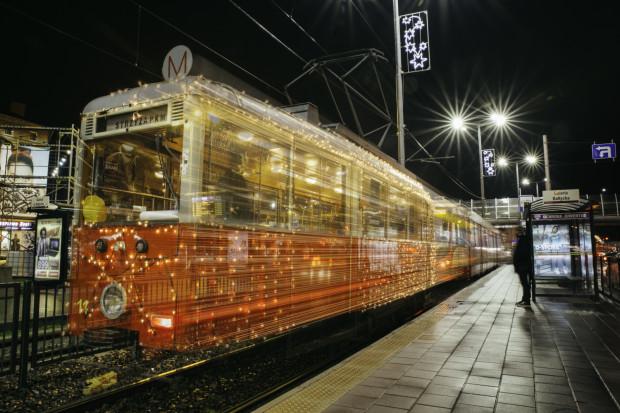 Świąteczny tramwaj to ozdobiony lampkami Konstal N z 1952 r., popularnie nazywany N-ką.