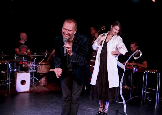 Prawdziwym everymanem jest tu Kuba Kornacki (na pierwszym planie) - autor tekstów piosenek, reżyser i wokalista, a przy okazji konferansjer koncertu.