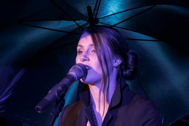 Z kolei Barbara Lamprecht (tegoroczna absolwentka Studium Wokalno-Aktorskiego im. Danuty Baduszkowej w Gdyni) śpiewa lirycznie, emocjonalnie i jest bardziej wyrazista na scenie.