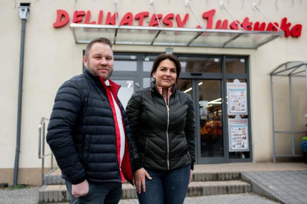 Teraz ten nasz sklep w Pępowie to już całkiem spory market. Potem powstawały kolejne, w sumie 10 sklepów. A pomyśleć, że naszym pierwszym samochodem dostawczym był żuk, niebieski żuk - mówi Justyna Pozańska.