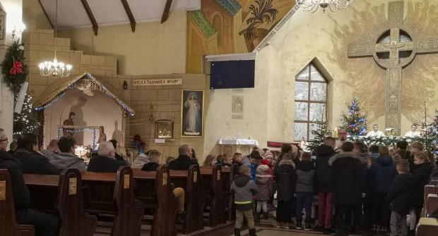 Pasterka nawet w małych kościołach gromadziła zawsze sporo osób. W tym roku z powodu obostrzeń tłumów nie będzie.