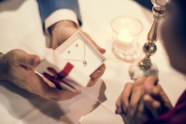 Drogie prezenty, jak biżuteria czy perfumy, nie zawsze są doskonałym prezentem dla każdego. Wielokrotnie ich dobór nie jest właściwy, a osoba, która go otrzymała często nie jest z nich zadowolona.