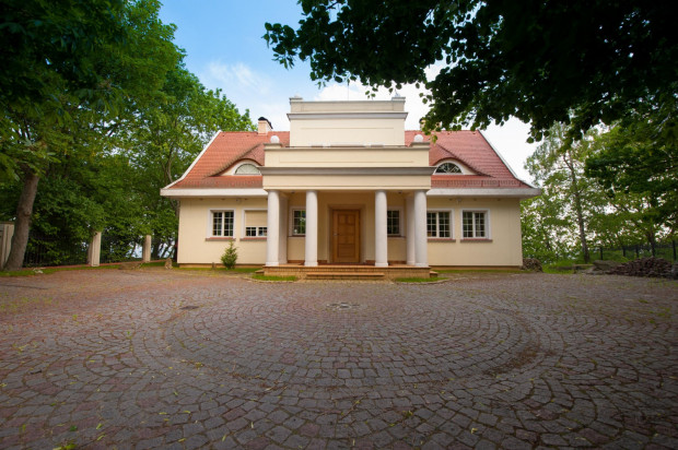 Najdroższe domy w naszym Serwisie Ogłoszeniowym spełniają wymogi najbardziej wymagających użytkowników, zachwycają aranżacją wnętrz i otaczającą zielenią. Na zdjęciu dom położony w Orłowie.
