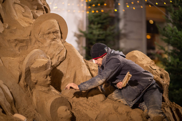 Szopka z piasku w Oliwie ściągnęła wielu ludzi chcących zobaczyć jej tegoroczną odsłonę.