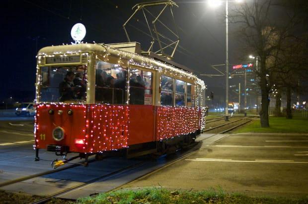 Świąteczny tramwaj to stały element grudniowego krajobrazu Gdańska.