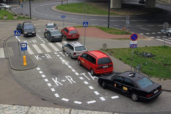 """Znaki """"kiss and ride"""" różnią się w zależności od miasta. Tak wyglądają w Krakowie."""