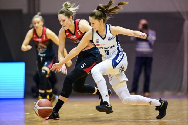 W trójmiejskich derbach koszykarek lepsze okazała się DGT AZS Politechnika Gdańska. Na zdjęciu w walce o piłkę Jowita Ossowska (nr 5) i Justyna Rudzka (nr 16).