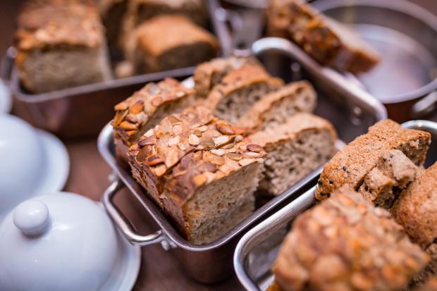 Najdłużej świeżość zachowa chleb z mąki żytniej, pieczony na naturalnym zakwasie. Takie wyroby, odpowiednio przechowywane, mogą utrzymać dobry smak nawet przez 10 dni.