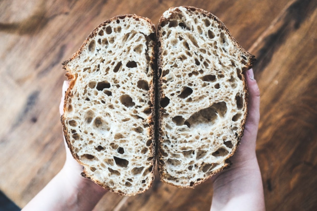 Tradycyjne chleby, na naturalnym zakwasie, z ziarnami oferuje Nowy Chleb.