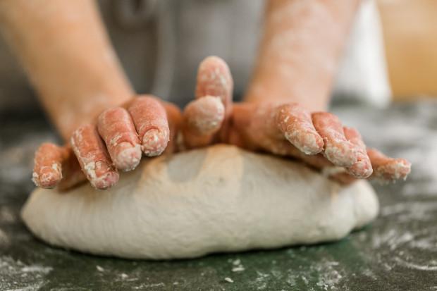 Choć kupienie chleba w sklepie jest zdecydowanie szybszym i prostszym rozwiązaniem, również w warunkach domowych, mając do dyspozycji jedynie piekarnik i blachę, można upiec wspaniałe pieczywo. Będzie ono nie tylko smaczne, ale i zdrowsze: pozbawione ulepszaczy i chemicznych dodatków.