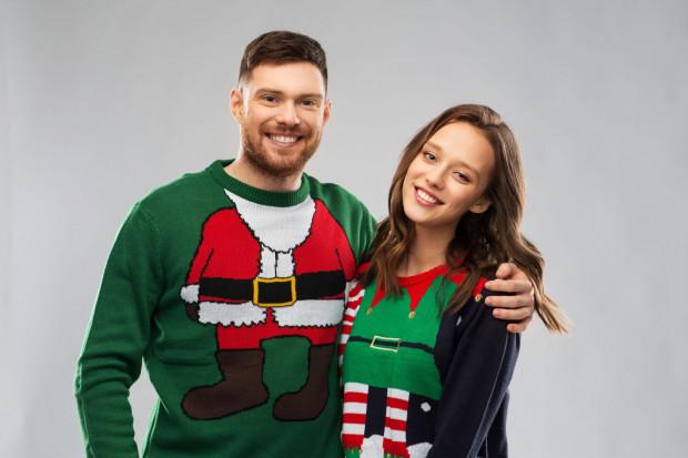 Świąteczne swetry dodadzą magii i humoru.