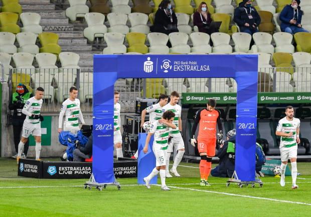 Lechia Gdańsk zagrała rundę jesienną poniżej oczekiwań. Po czterech porażkach z rzędu, część kibiców zaczęła nawoływać do dymisji trenera Piotra Stokowca, zanim ten poprowadził zespół do wygranej w Krakowie.