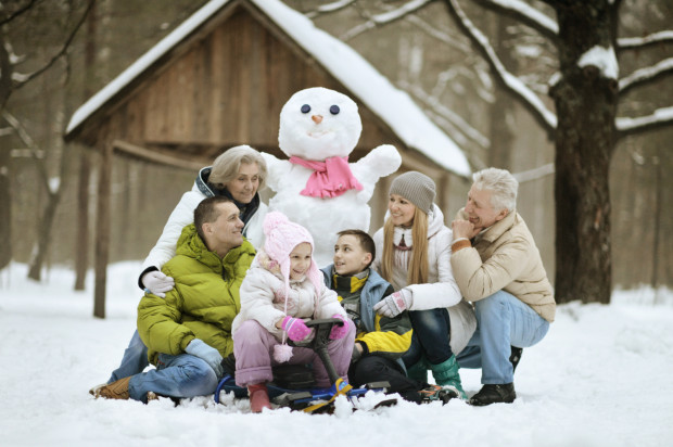 """Gdy spadnie śnieg, można z dziadkami ulepić bałwana, zorganizować rodzinną walkę na śnieżki, pozjeżdżać na sankach czy poodbijać na śniegu """"aniołki""""."""