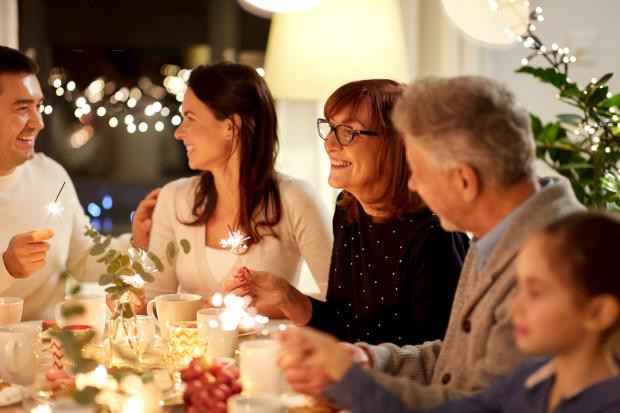 Święta można obchodzić rodzinnie nawet wówczas, jeśli Jezusa uważa się wyłącznie za postać historyczną. Z tego założenia wychodzi wielu ateistów i wyznawców innych religii niż chrześcijańska.