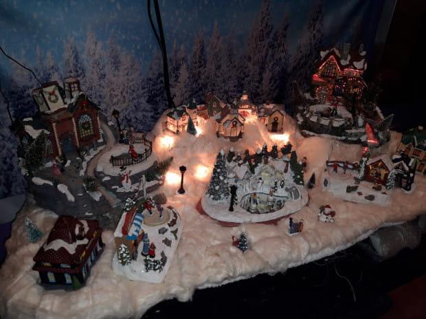 Świecka świąteczna dekoracja w domu Piotra Pawłowskiego.