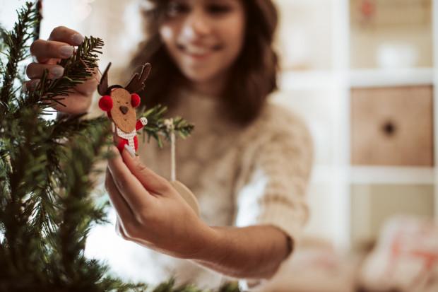 Ubieranie choinki to jedna z wielu tradycji świątecznych pozwalająca na poczucie atmosfery okołoświątecznej.