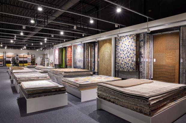 Tylko w samym sklepie klienci mogą wybierać spośród 1,5 tys. dywanów i ok. tysiąca wykładzin.