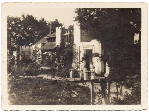 Około roku 1928/1929. Dom po pierwszej rozbudowie na wysokości pierwszego piętra. Zyskał wtedy jeden pokój i oranżerię.