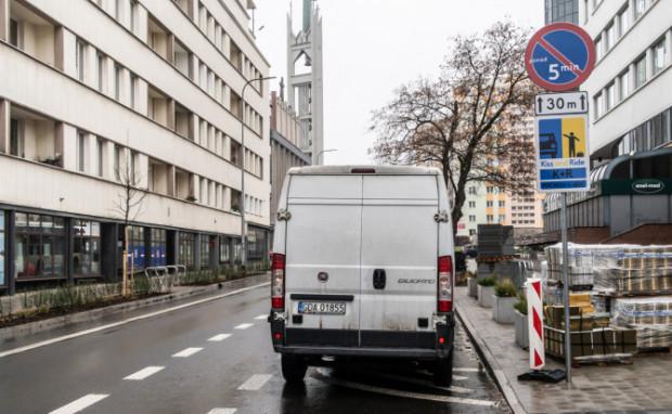 """Znaki """"kiss and ride"""" pojawiły się w Gdyni, m.in. przy ul. 3 Maja."""
