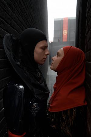 Romeo (Igor Teodorowicz) i Julia (Anna Przybysz) nie chcą uczestniczyć w jałowym konflikcie rodziców.