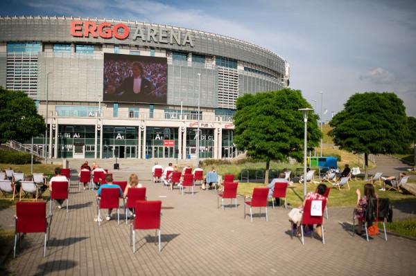 Organizatorzy starali się być w kontakcie z fanami muzyki nawet mimo przeciwności. Na zdjęciu: transmisja koncertu Andre Rieu na terenie Ergo Areny.