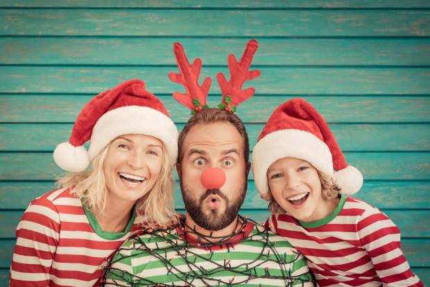 Święta dla dzieci to ogromna frajda nie tylko z prezentów, ale i z uczestnictwa w przygotowaniach, ubieraniu choinki, celebrowaniu tradycji i byciu razem.