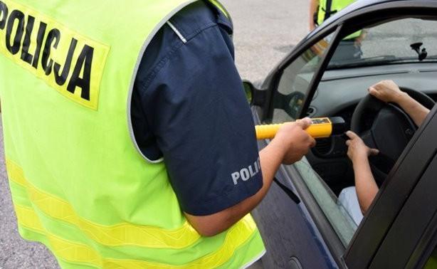 Pijani kierowcy to ogromny problem, jednak za tymi, którzy zasypiają pijani za kółkiem, policjanci przynajmniej nie muszą gonić.
