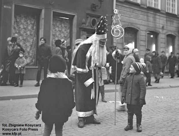 Mikołaj na ul. Długiej przed sklepem Dom Dziecka. Grudzień 1968 r.