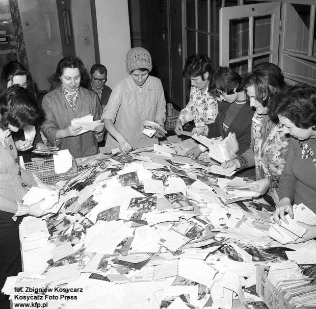 Zanim powstały firmy kurierskie i poczta elektroniczna, najwięcej pracy przed świętami mieli pracownicy pocztowych sortowni. Grudzień 1976.