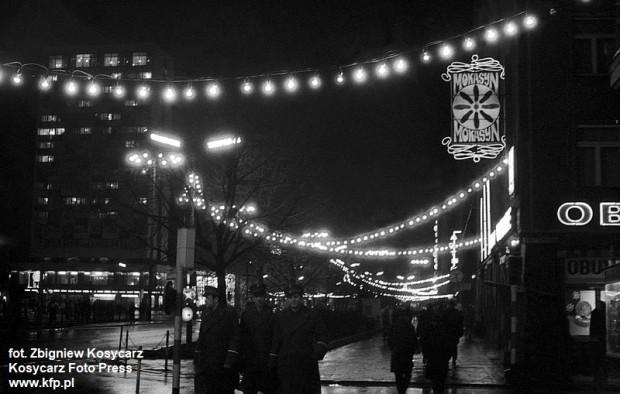 Świąteczne oświetlenie al. Grunwaldzkiej w Gdańsku. 21 grudnia 1974 r.
